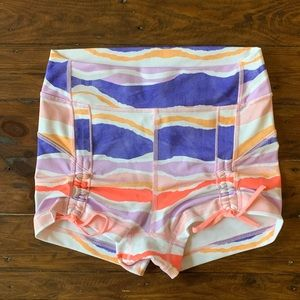 LULULEMON size 4 liberty short in bleacher stripe